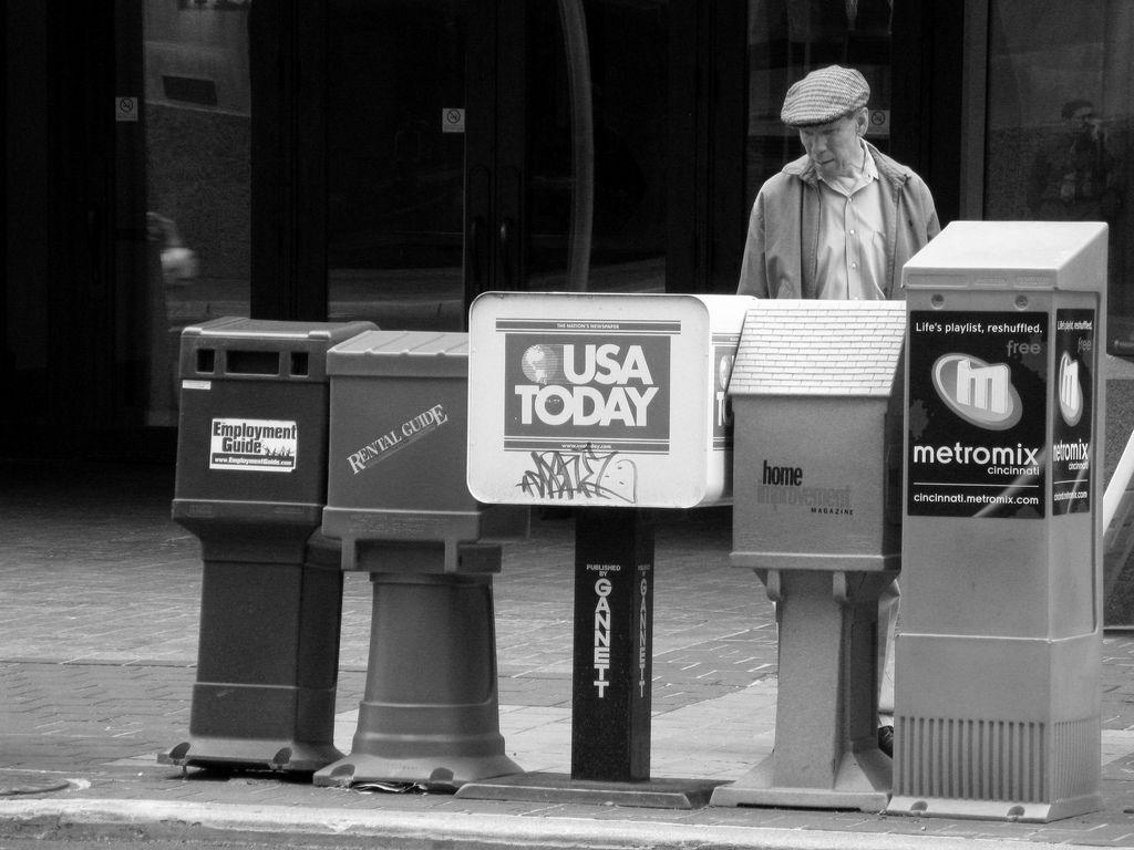 Da soll noch einer sagen, Print findet keine Leser mehr.... Ob er auch kauft? Tja... Gesehen in Cincinnati.